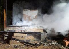 Residência é atingida por incêndio, em Cocal do Sul